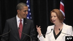 Tổng thống Hoa Kỳ Barack Obama và Thủ tướng Australia Julia Gillard trong một cuộc họp báo chung ở Canberra, Australia, ngày 16 tháng 11, 2011. Các nhà lãnh đạo Hoa Kỳ và Australia đã loan báo một thỏa thuận duy trì các lực lượng của Hoa Kỳ trên lãnh thổ