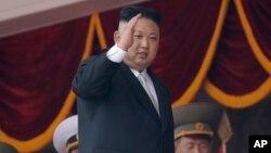 Kim Jong Un trên khán đài trong cuộc diễn hành ngày 15/4/2017 nhân kỷ niệm sinh nhật lần thứ 105 của Kim Il Sung, người sáng lập Bắc Triều Tiên, ông nội của Kim Jong Un.