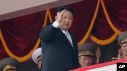 朝鲜领导人金正恩在4月15日的阅兵式上挥手致意。