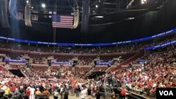 Entre los asistentes llegaron hispanos a apoyar al presidente Donald Trump.