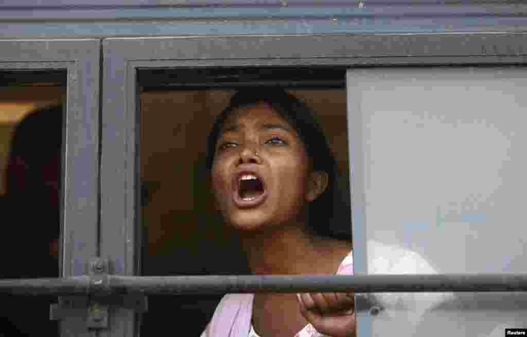 시위 도중 경찰에 의해 강제로 구금된 여성이 버스 내부에서 구호를 외치고 있다.