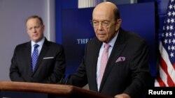 商務部長羅斯(右)在白宮發表講話資料照。