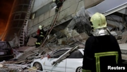一名消防员在台湾花莲地震废墟搜寻幸存者