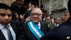 El presidente interino de Guatemala, Alejandro Maldonado fue juramentado tras la renuncia de Otto Pérez Molina, presionada por su presunta participación en un escándalo de corrupción aduanera.