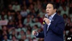 民主黨總統參選人楊安澤在一次晚宴上講話。 (2020年2月8日)
