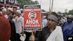 Demonstrasi besar-besaran menuntut penangkapan Ahok pun terjadi di beberapa tempat di Indonesia (foto: dok).