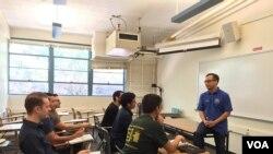 Doktor Taufik sedang mengajar di kelas.