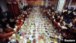 Acara makan malam keluarga besar pada Tahun Baru China di Wuhan, provinsi Hubei. (Foto: Dok)