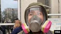 陶同學表示家裡口罩不足,只好戴防毒面具上街。(攝影: 美國之音湯惠芸)