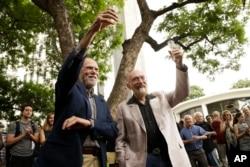 올해 노벨 물리학상 공동 수상자들인 킵 손(오른쪽) 캘리포니아공대 명예교수와 배리 배리시 명예교수가 지난 3일 스웨덴 왕립 과학 아카데미 발표 직후 교정에서 함께 축배를 들고 있다.