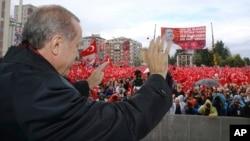 土耳其总统埃尔多安在土耳其里泽省向支持者们挥手(2016年10月15日)