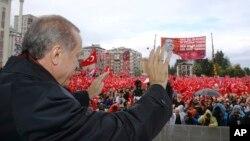 Tổng thống Thổ Nhĩ Kỳ Recep Tayyip Erdogan chào đón những người ủng hộ ông ở quê nhà Rize, ngày 15 tháng 10 năm 2016.
