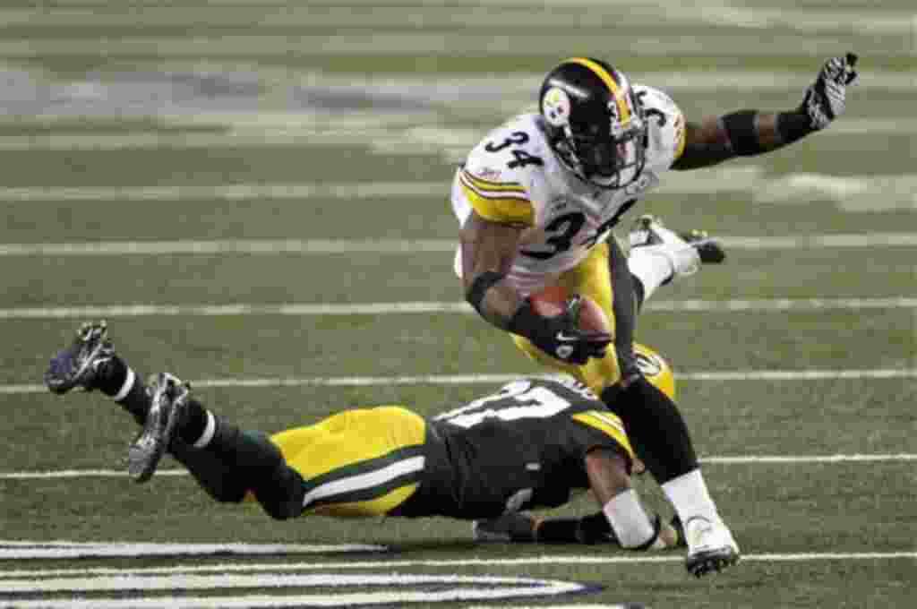 Rashard Mendenhall, de los Pittsburgh Steelers, se queda sin una entrada por el bloqueo de Sam Shields durante la segunda mitad.