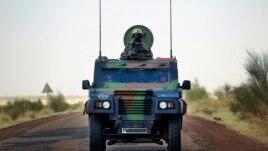 Francuski vojnici u oklopnom vozilu britanske proizvodnj predvode konvoj sa zalihama na putu za grad Gao, na severu Malija