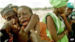 Seorang anak di Guinea menangis ketika diberi vaksin meningitis.