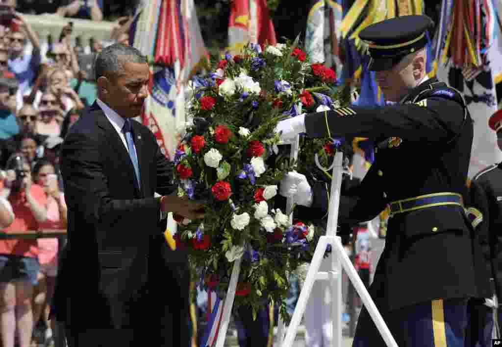 Tổng thống Hoa Kỳ Barack Obama đặt vòng hoa tại Ngôi mộ của các chiến sĩ vô danh tạitại Nghĩa trang Quốc gia Arlington ở bang Virginia, ngày 26/5/2014.