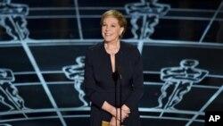 FILE - Julie Andrews presentó el premio a la mejor partitura musical original durante la entrega de los Premios Oscar en febrero de 2015.