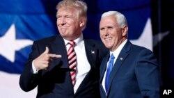مایک پنس در کنار دونالد ترامپ