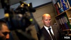 Geir Lippestad, pengacara Anders Behring Breivik, berbicara kepada para wartawan di Oslo, Selasa (26/7).