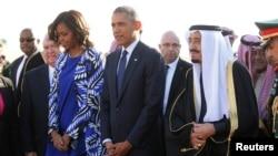 사우디아라비아의 살만 국왕(오른쪽)이 27일 리야디 국제공항에서 압둘라 전 국왕을 조문하기 위해 방문한 바락 오바마 미국 대통령(가운데)과 부인 미셸 여사(왼쪽)를 맞았다.