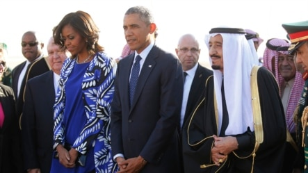 Tổng thống Mỹ Barack Obama và Đệ nhất phu nhân Michelle Obama được tân Quốc vương Salman bin Abdullaziz đón tiếp tại Sân bay quốc tế King Khalid ở Riyadh, ngày 27/1/2015.