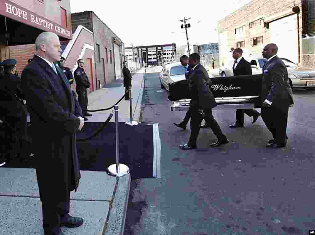 在葬礼开始之前,人们抬着惠特尼.休斯顿的灵柩进入新泽西州纽瓦克市新希望浸信会教堂