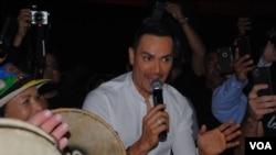 """El cantante Victor Manuelle durante la presentación de su nuevo disco """"Memorias de Navidad"""" en Miami (Foto: Antoni Belchi / VOA)"""
