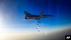 Máy bay ném bom Tu-22M3 của Nga thực hiện các cuộc không kích nhắm mục tiêu là phiến quân của Nhà nước Hồi giáo ở Aleppo, Syria.