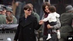 Aktor Tom Cruise beserta anaknya Suri dan mantan istrinya, Katie Holmes. (Foto: Dok)
