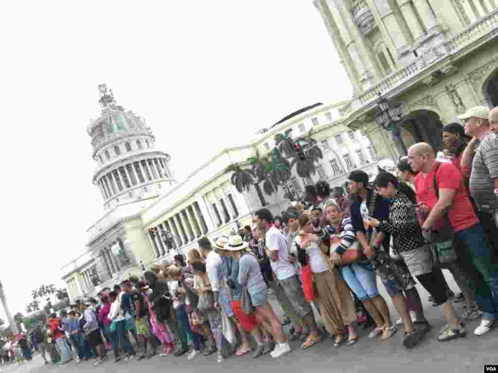 奥巴马来访 古巴人上街争睹(美国之音海伦拍摄)