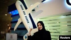 سعودی خاتون دالیا یاشر جنہوں نے پائلٹ بننے کے لیے دمام کے ہوابازی سکول میں درخواست جمع کرائی ہے، ، اکیڈمی کے رجسٹریشن سینٹر میں کھڑی ہیں۔ 16 جولائی 2018