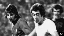 Alan Hudson du FC Chelsea, à gauche, engagé dans un duel avec Manuel Velazquez du Real Madrid lors de la finale de la Coupe d'Europe des vainqueurs de la Coupe au stade de Karaiskakis, (Pirée), Grèce 19 mai 1971.
