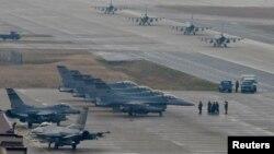 Các máy bay chiến đấu F-16 Fighting Falcon được điều động tới cuộc diễn tập Vigilant Ace 18 tại Căn cứ Không quân Osan, Hàn Quốc, ngày 3 tháng 12, 2017.
