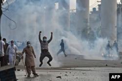 لاہور کے دو مختلف تھانوں میں درج مقدمات میں لگ بھگ 300 نامعلوم افراد کو نامزد کیا گیا ہے۔
