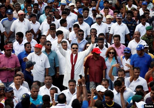 2016年8月1日斯里兰卡前总统拉贾帕克萨(Mahinda Rajapaksa)在首都可伦坡为期五天的抗议游行中,向支持者挥手致意