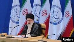 Pemmimpin tertinggi Iran Ayatollah Ali Khamenei berbicara dalam KTT Gerakan Non-Blok ke-16 di Teheran. (Foto: Reuters)