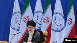 2012年8月30日伊朗最高领导人哈梅内伊在德黑兰举行的不结盟运动会议上发表谈话的资料照片
