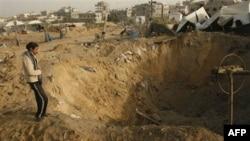 Một người Palestine kiểm tra thiệt hại của một ngôi nhà bị phá hủy trong cuộc không kích của Israel vào dải Gaza, 21/12/2010