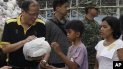 Tổng thống Aquino trao phẩm vật cứu trợ cho các nạn nhân bão Bopha