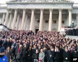 美国会1月10号星期一上午11点在国会东侧台阶为亚利桑那州发生的众议员吉福兹被枪击案的死难者默哀