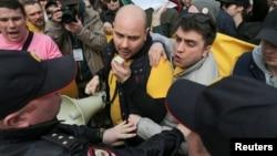 Андрей Пивоваров во время Первомайской демонстрации в Санкт-Петербурге