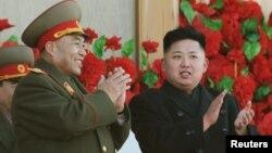 Pemimpin Korea Utara Kim Jong-Un (kanan) didampingi pimpinan kepala staf militer Korea Utara, Ri Yong-ho di Pyongyang (Foto: dok).