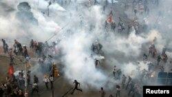 土耳其警察控制塔可希姆广场。2013年6月11日