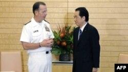 Ðô đốc Michael Mullen (trái) và Thủ tướng Nhật Naoto Kan
