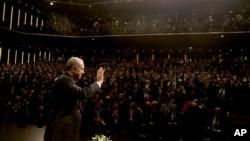 레제프 타이이프 에르도안 터키 대통령이 지난달 27일 수도 앙카라에서 군중 연설 직후 손을 들어 인사하고 있다.
