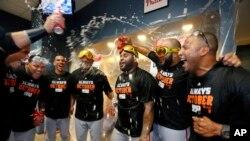 Pablo Sandoval (al centro) celebra con sus compañeros el pase a los playoffs.