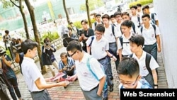 英华本土学社在校生9月1日向同学派发港独传单(苹果日报图片)