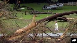 26일 미국 텍사스조 윔벌리에서 블랑코강이 범람하면서 물이 지나간 자리에, 나무가 쓰러지고 자동차가 뒤집혀져 있다.