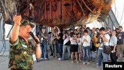 지난 2010년 6월 한국 천안함 침몰 민군합동조사단의 박정수 해군 준장이 평택 2함대 사령부를 방문한 일반인들에게 천안함 침몰 원인을 설명하고 있다. (자료사진)