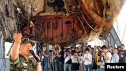 천안함 침몰 두 달여만인 지난 2010년 6월 민군합동조사단의 박정수 해군 준장이 천안함 절단면을 보기 위해 평택 2함대 사령부를 방문한 일반인들에게 천안함 침몰 원인을 설명하고 있다.